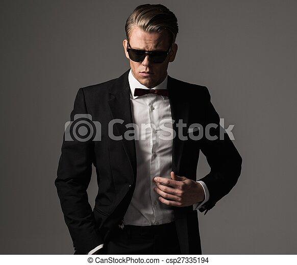Un hombre vestido con traje negro - csp27335194