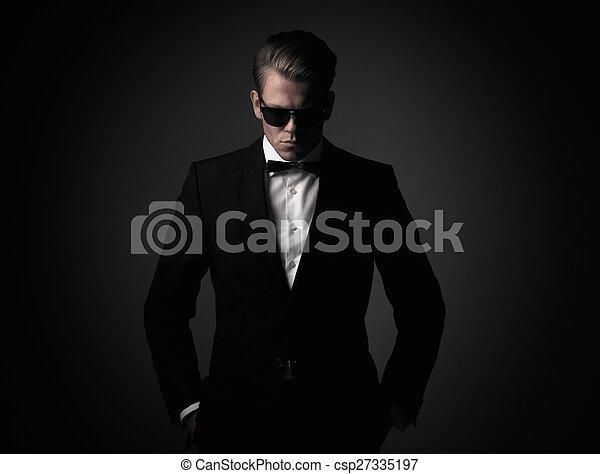 Un hombre vestido con traje negro - csp27335197