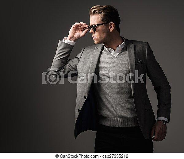 Un hombre vestido con traje negro - csp27335212