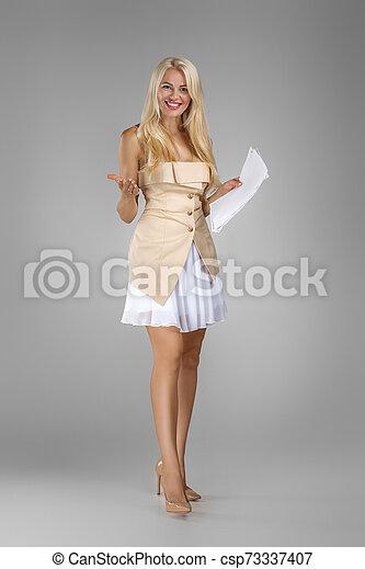 vestido, documentos, bonito, loura, segurando, folhas, mulher - csp73337407