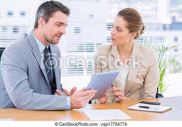 Colegas elegantemente vestidos en una reunión de negocios - csp17754774