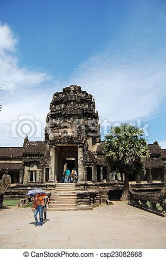 Visita de viajeros angkor wat - csp23082668