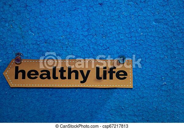 El texto de Vida Saludable en el papel está unido a la espuma de poliestireno con alfileres, concepto de atención médica como recordatorios de horarios - csp67217813