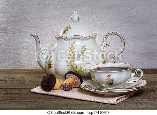 Aún vive con té y galletas en forma de hongo - csp17410607