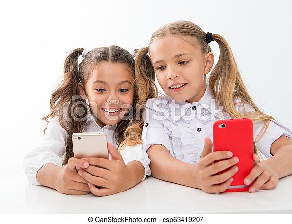 Educación online para niños digitales con caras felices. Educación online. Hija feliz con dispositivos digitales, teléfonos inteligentes. Vivimos en la era digital - csp63419207