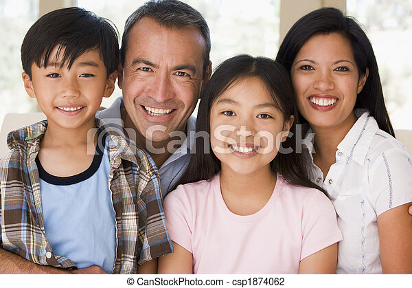 Familia en la sala sonriendo - csp1874062