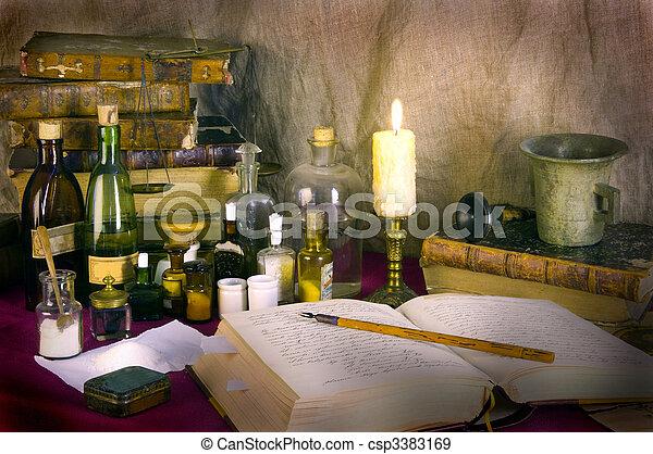 Todavía la vida con libros viejos y platos boticarios - csp3383169