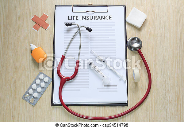 La mejor vista de la póliza de seguro de vida con estetoscopio, jeringa hipodérmica, yeso, gasa, tintura y cinta - csp34514798