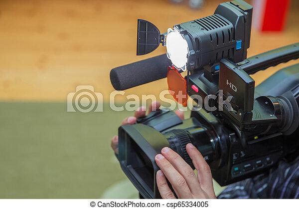 videographer, 彼の, 取得, 仕事, スペース, カバー, テレビ, 無料で, の上, text., カメラ, ビデオ, equipment., カメラ。, カメラ。, オペレーター, 終わり, コピー, でき事 - csp65334005