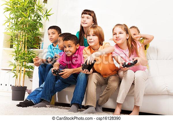 Intensives Videospiel mit Freunden - csp16128390