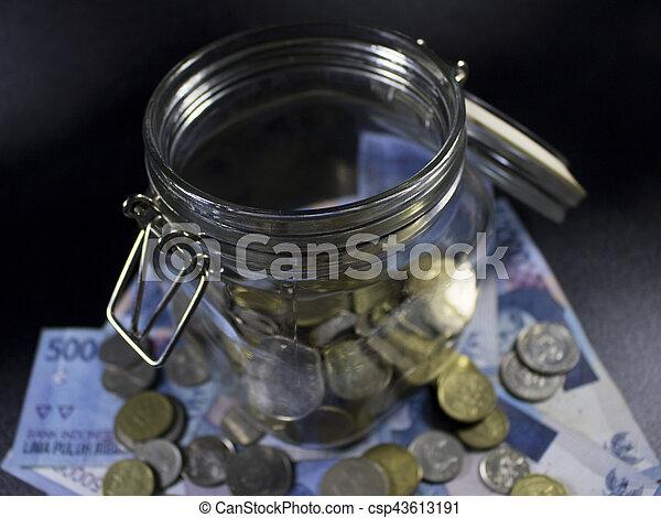 Viajes de dinero de vidrio de viaje en el mundo de vacaciones planeando moneda - csp43613191