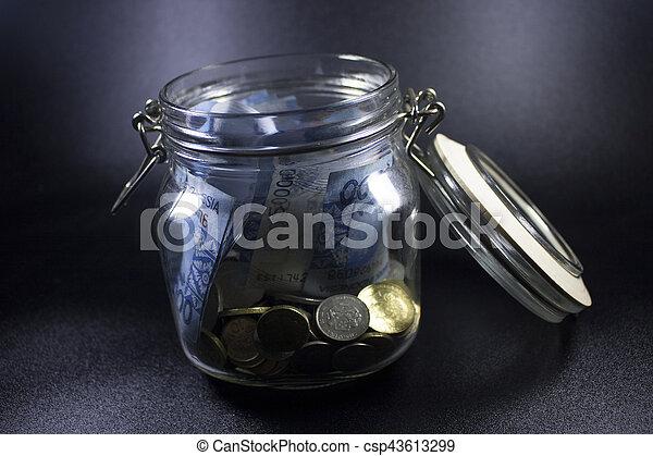 Viajes de dinero de vidrio de viaje en el mundo de vacaciones planeando moneda - csp43613299