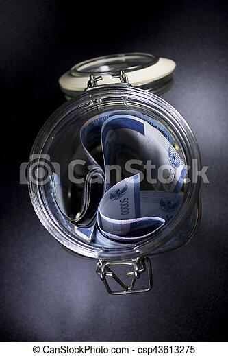 Viajes de dinero de vidrio de viaje en el mundo de vacaciones planeando moneda - csp43613275