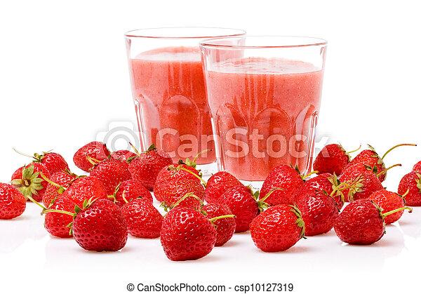 Un vaso de batido de fresa rodeado de bayas frescas - csp10127319