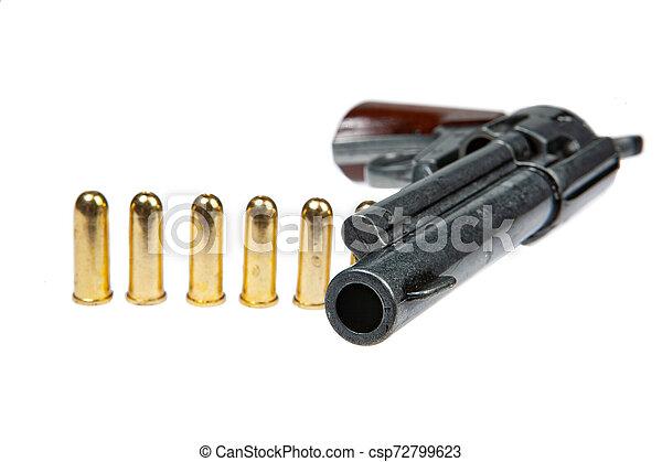 Un revólver viejo y cartuchos - csp72799623