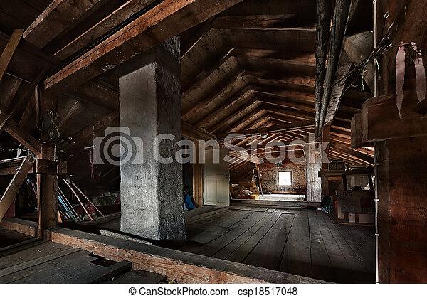 Un viejo ático de madera con estructuras de techo y ventana - csp18517048