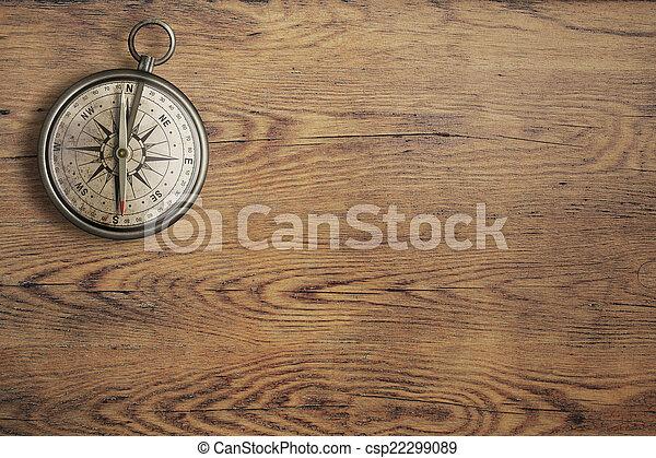 Una vieja brújula en la clásica mesa de madera de primera vista - csp22299089