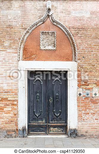 Vieja puerta de entrada en Venecia - csp41129350