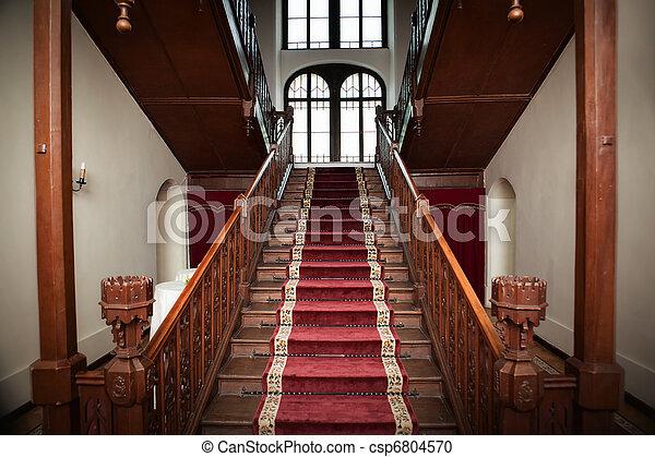 El viejo interior del palacio, escaleras de madera - csp6804570
