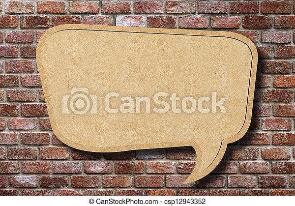 Reciclar el discurso de papel burbuja en el pasado de la pared - csp12943352