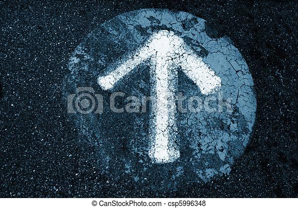 Un signo de flecha en un viejo fondo de textura de asfalto - csp5996348