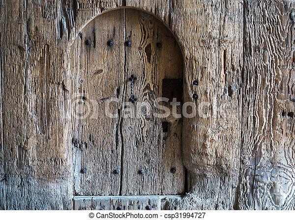 Antecedentes de madera vieja y rústica pintada con una puerta pequeña - csp31994727