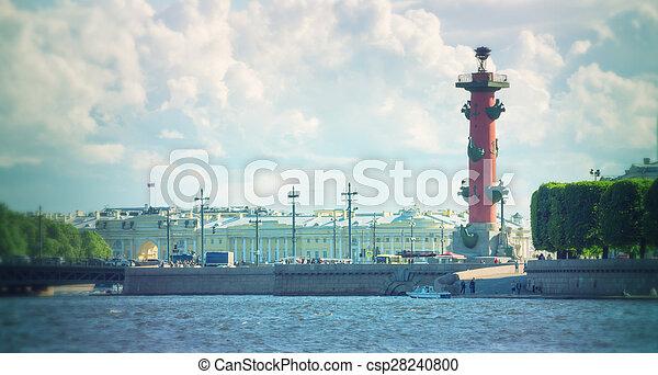 Columnas rosales en la saliva de la isla Vasilievsky fuera de la vieja bolsa de San Petersburgo, San Petersburgo - csp28240800