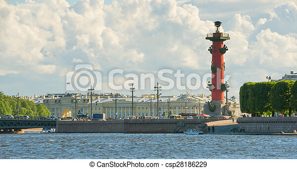 Columnas rosales en la saliva de la isla Vasilievsky fuera de la vieja bolsa de San Petersburgo, San Petersburgo - csp28186229
