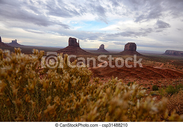 Monument Valley con camino de tierra para una vieja imagen del oeste - csp31488210