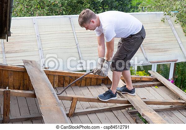 viejo, tablas, desmantelar, quita, roof., trabajador - csp84512791