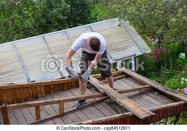 viejo, tablas, desmantelar, quita, roof., trabajador - csp84512911