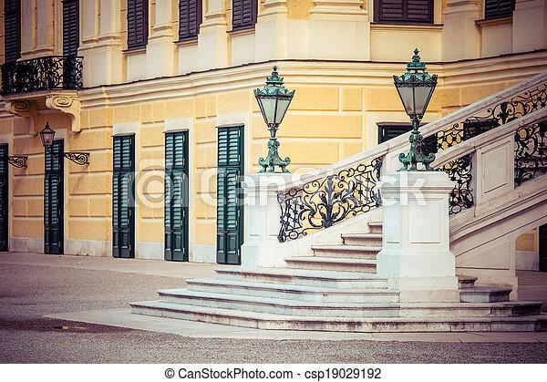 VIENNA, AUSTRIA - 17 DE JUNIO: palacio schonbrunnn en marcha, 20, 2014 en Viena, Austria. Era una residencia real de Franz Joseph y Elisabeth - csp19029192