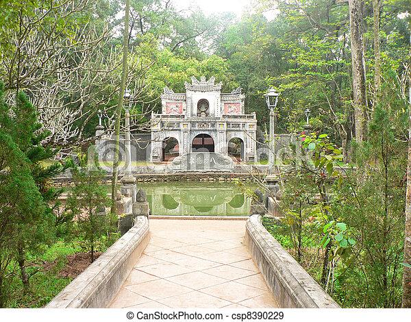 Templo en Vietnam. - csp8390229