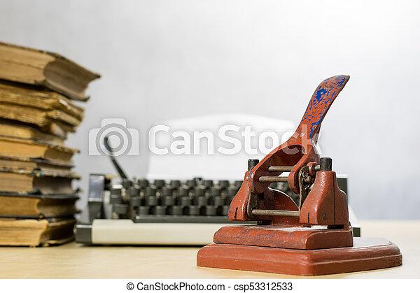 Vieux bureau bois poinçon accessoires papier fond