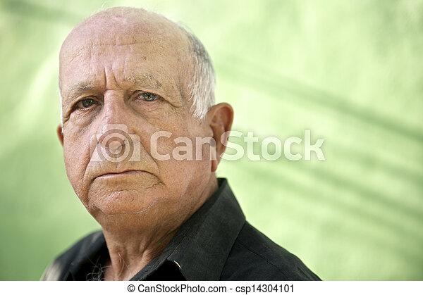 vieux, regarder, hispanique, appareil photo, sérieux, portrait, homme - csp14304101