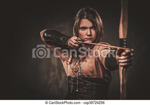 viking, 戦士, 女, 衣服, 弓, 伝統的である, バックグラウンド。, ポーズを取る, 矢, 暗い, 深刻 - csp39724256