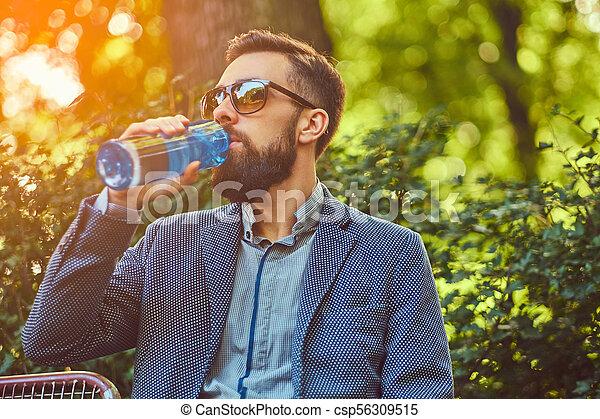 ville, barbu, séance, frais, banc, eau, park., dehors, boire, mâle, homme - csp56309515