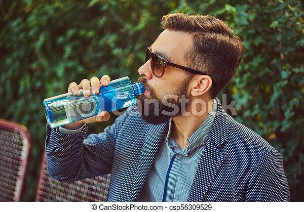 ville, barbu, séance, frais, banc, eau, park., dehors, boire, mâle, homme - csp56309529