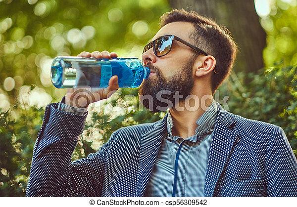 ville, barbu, séance, frais, banc, eau, park., dehors, boire, mâle, homme - csp56309542