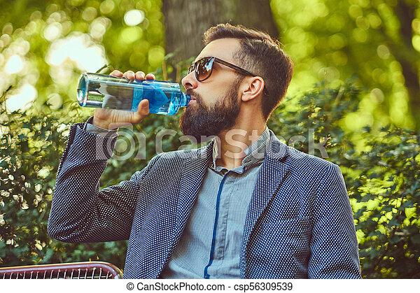 ville, barbu, séance, frais, banc, eau, park., dehors, boire, mâle, homme - csp56309539