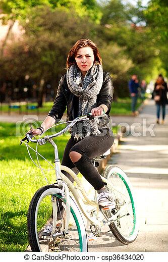 ville, femme, parc bicyclette, jeune, vert, équitation - csp36434020