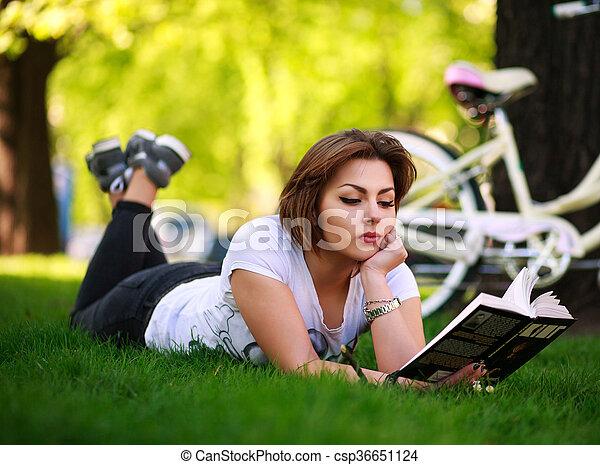 ville, femme, parc bicyclette, jeune, livre, lecture, herbe - csp36651124