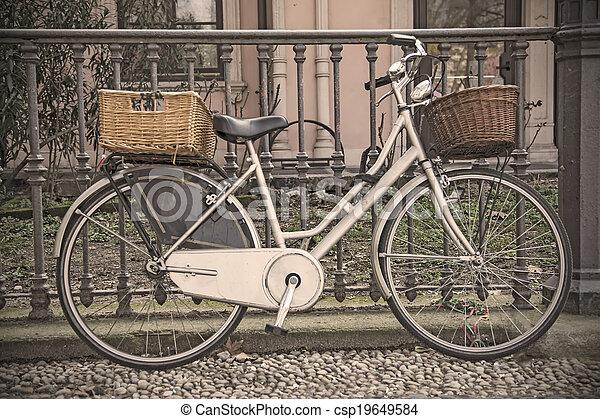 vinobraní, jezdit na kole - csp19649584