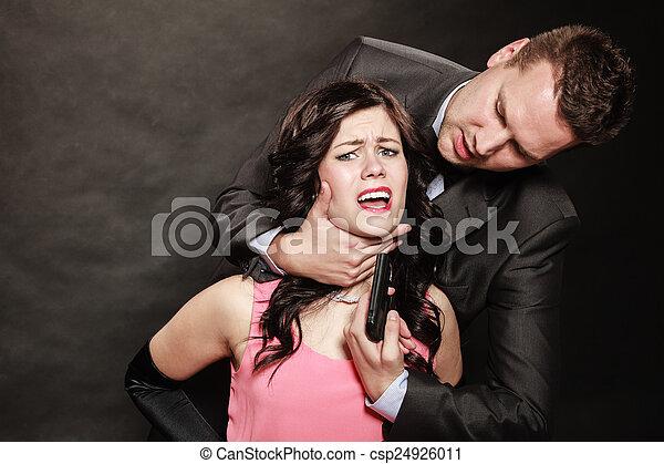 Escena de violencia con armas de fuego entre hombres y mujeres. - csp24926011