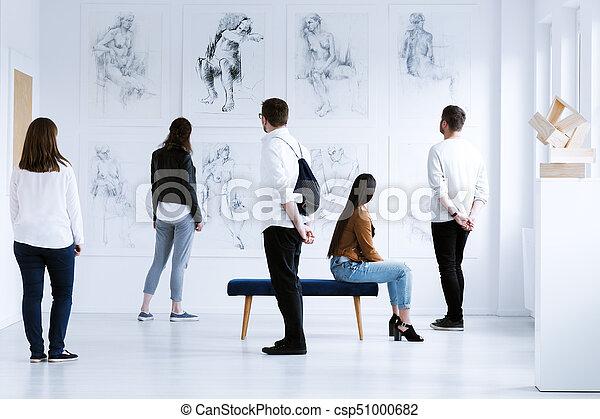 visitatori, galleria arte - csp51000682