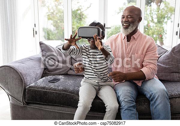 vivendo, realidade, headset, neto, virtual, usando, avô, sala - csp75082917