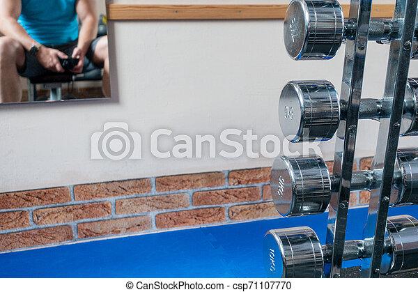 vordergrund, hanteln, wand, bild, hängt, silber, spiegel, athlet - csp71107770