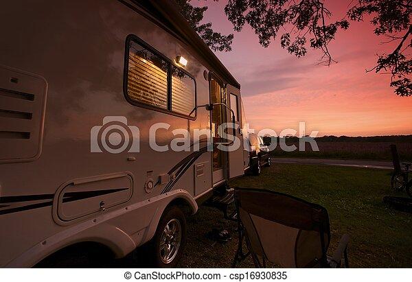 voyage, coucher soleil, caravane - csp16930835
