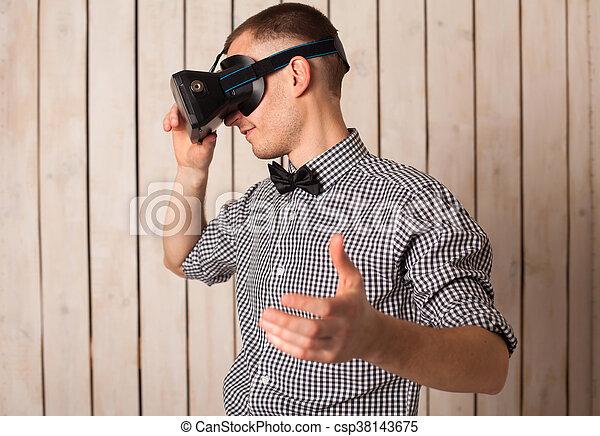 Hombre con gafas VR - csp38143675