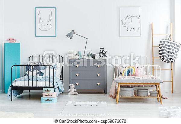 vrai, photo, chambre à coucher, gris, lit, cabinet, lampe, noir, entre,  intérieur, frères soeurs, blanc, posters.